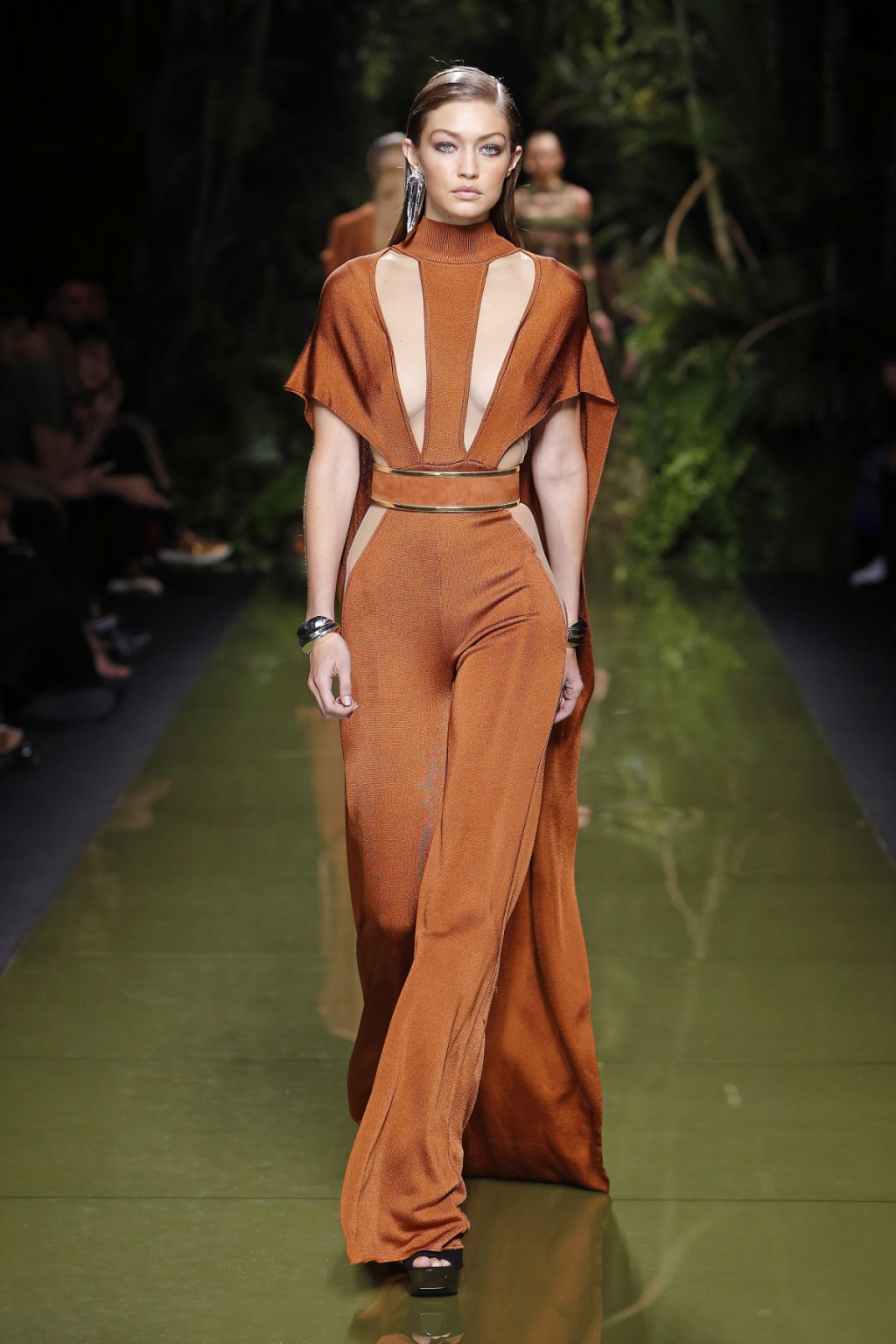 Gigi Hadid trong thiết kế jumpsuits cutout táo bạo từ Balmain