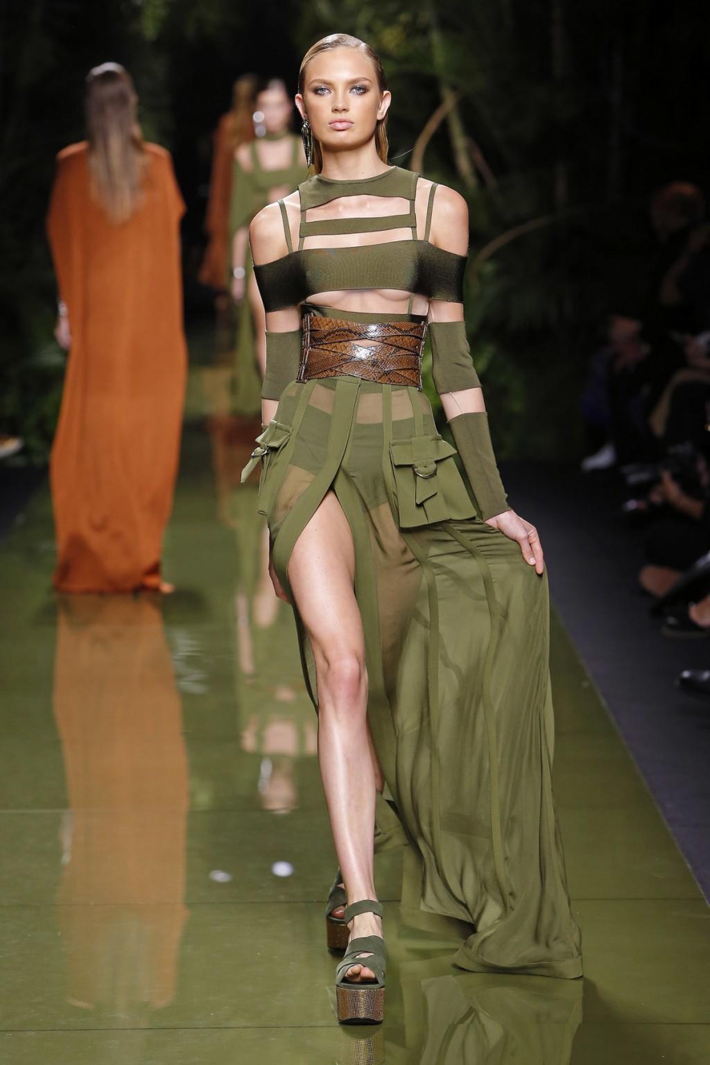 Những thiết kế của Rousteign tạo nên hình tượng của những nữ chiến binh Amazonian.