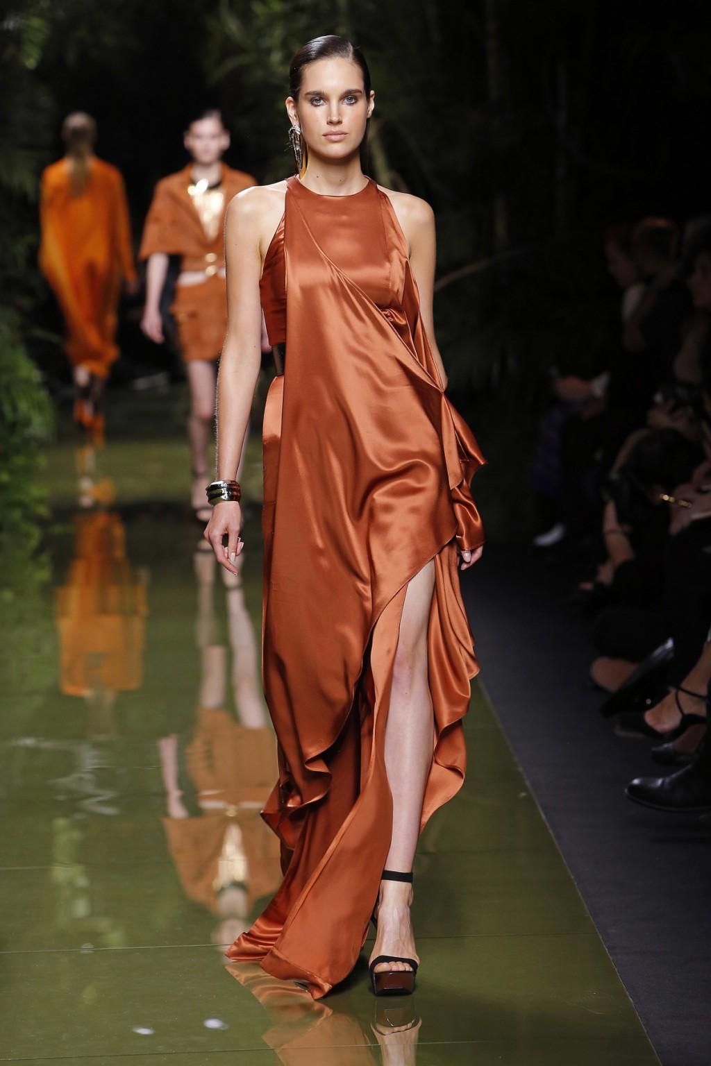 Thay vì những thiết kế bodycon quen thuộc, BST Xuân-Hè của Balmain mang lại những mẫu váy bay bổng và gợi cảm.