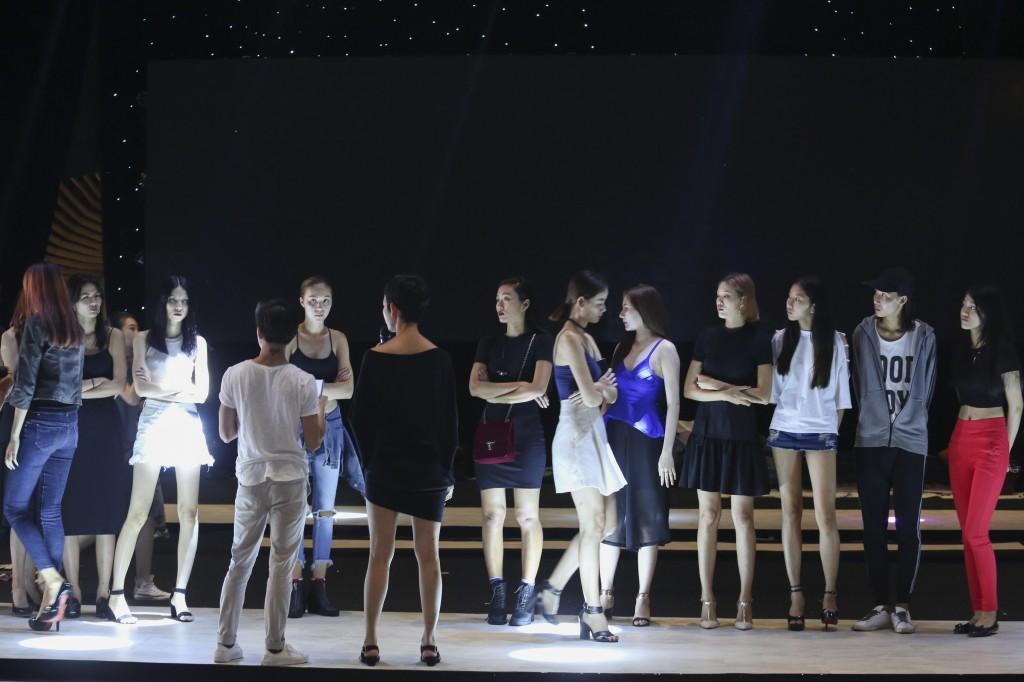 Siêu mẫu Xuân Lan trong buổi diễn tập ELLE Fashion Show 2016.