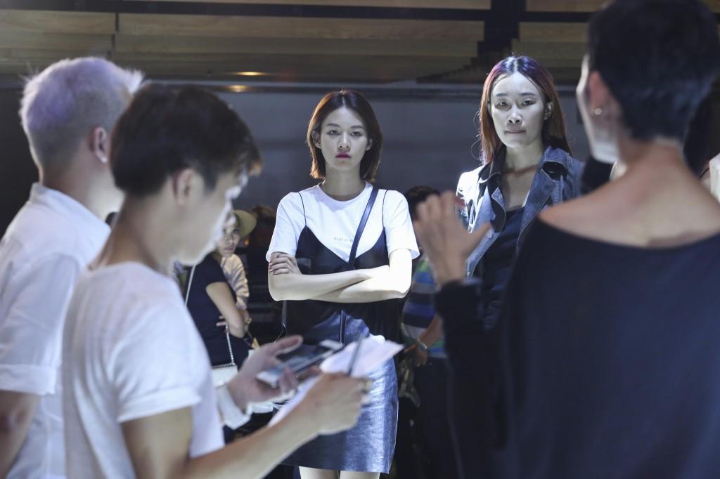 Phí Phương Anh diễn tập ELLE Fashion Show 2016