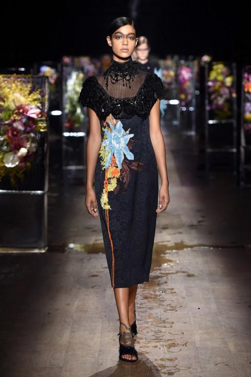 Một thiết kế váy cao cổ từ BST hoàn hảo của Dries Van Noten