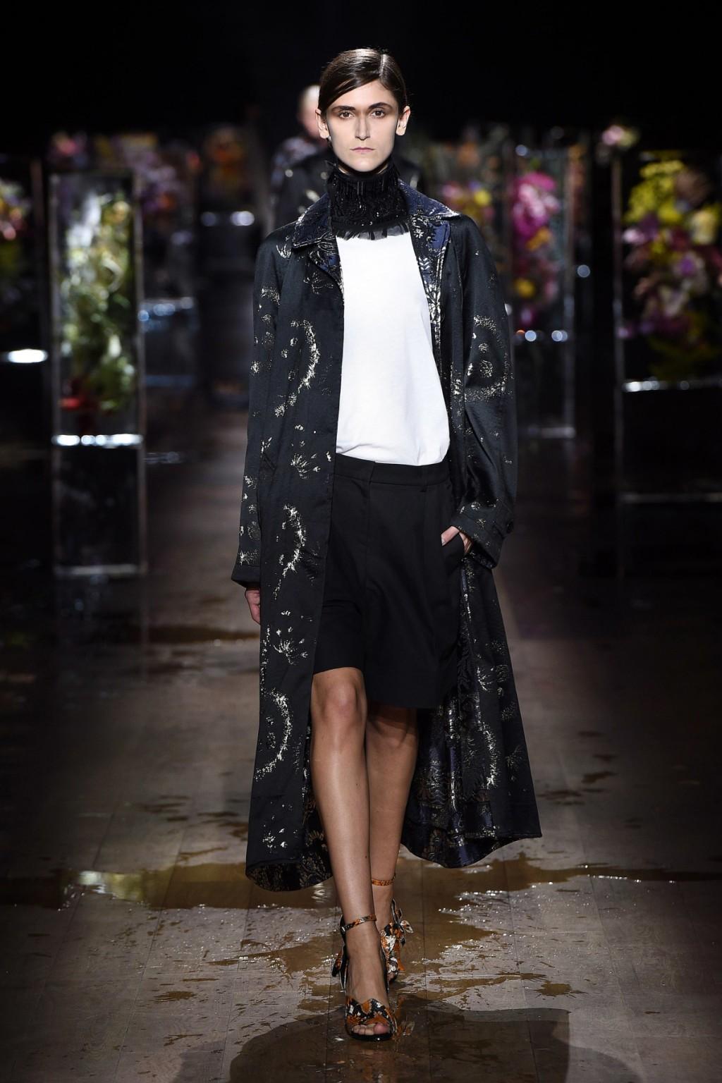 Chiếc quần lửng phối cùng áo khoác kimono từ Dries Van Notten
