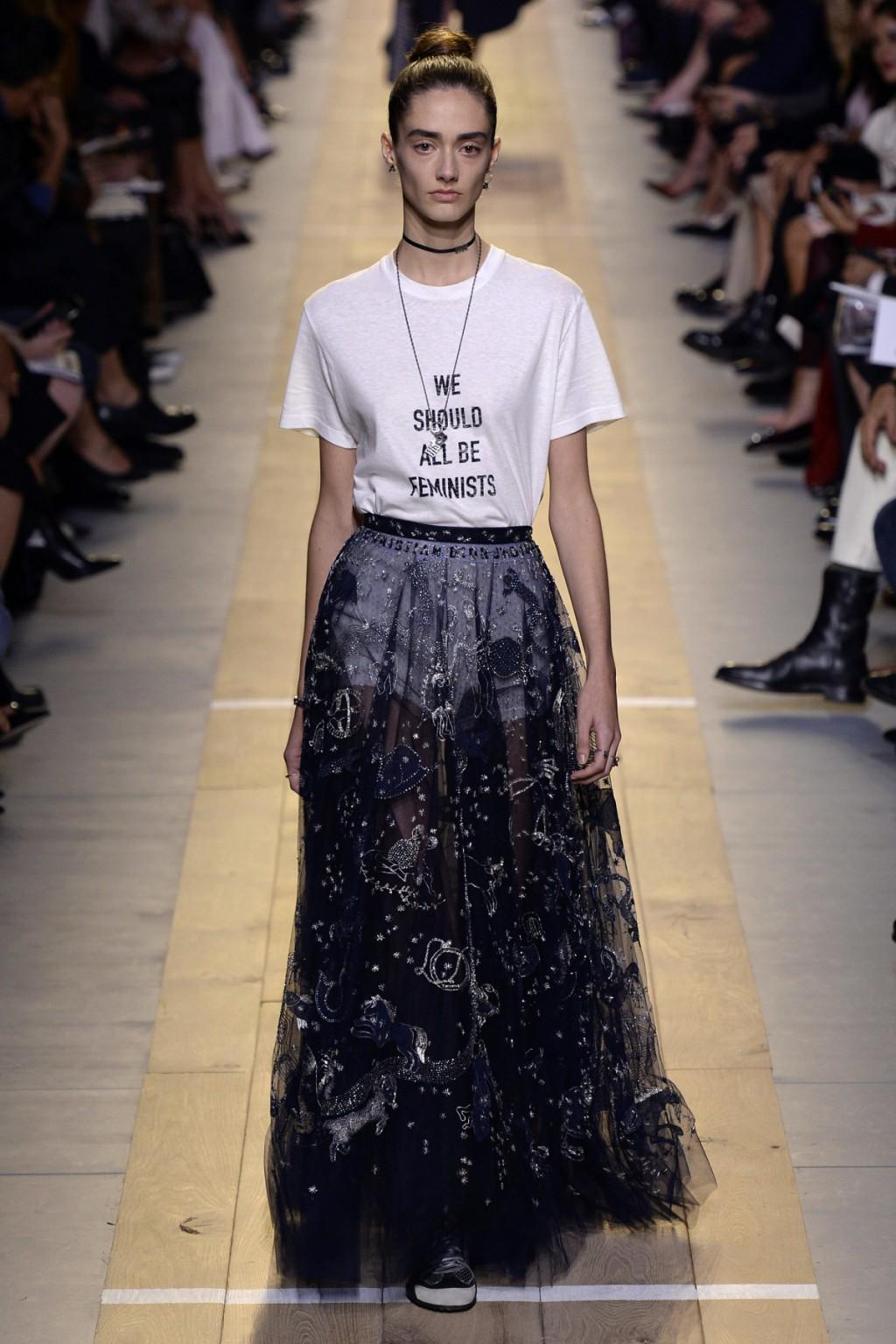 Chiuri mang tới chiếc slogan T-shirt phối cùng chân váy tulle thêu hoạ tiết chiêm tinh