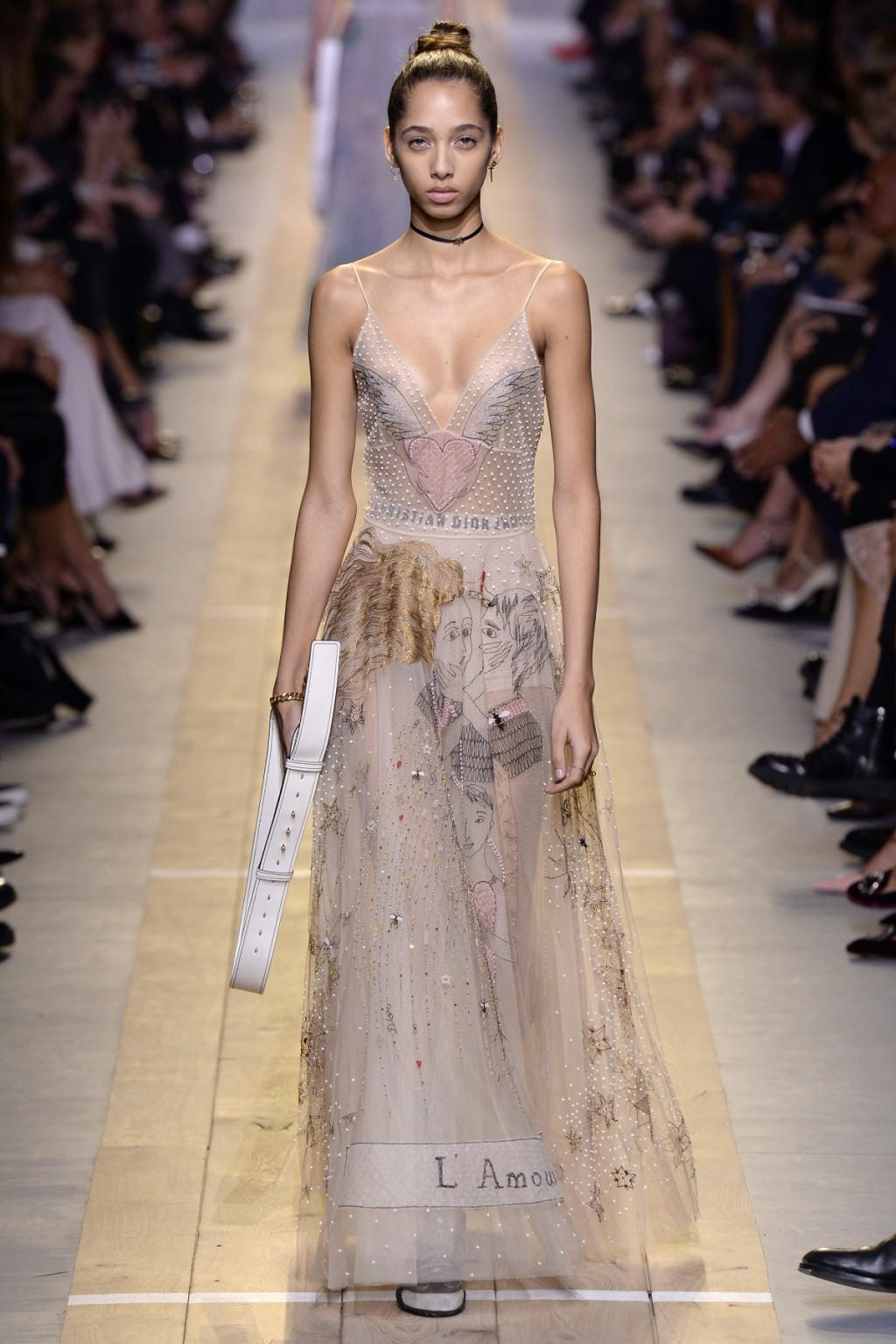 Chúng ta vẫn thấy phần nào đó Valentino trong những thiết kế của Chiuri tại Dior
