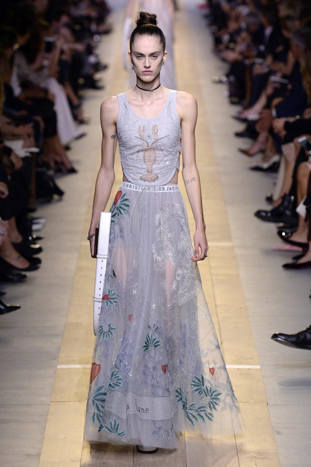 Chiuri mang tới những thiết kế ngọt ngào trẻ trung cho Dior