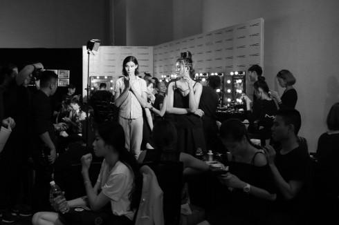 Không khí bận rộn của backstage ELLE Fashion Show 2016 ELLE VN