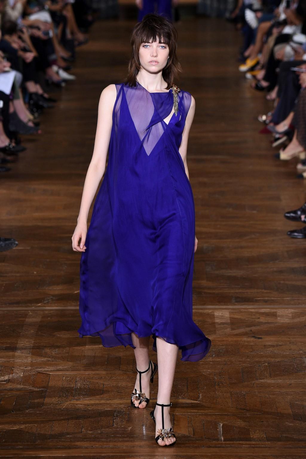 Bên cạnh sắc đen trắng, Lanvin cũng mang tới những chiếc váy xanh cho mùa Xuân-Hè 2017