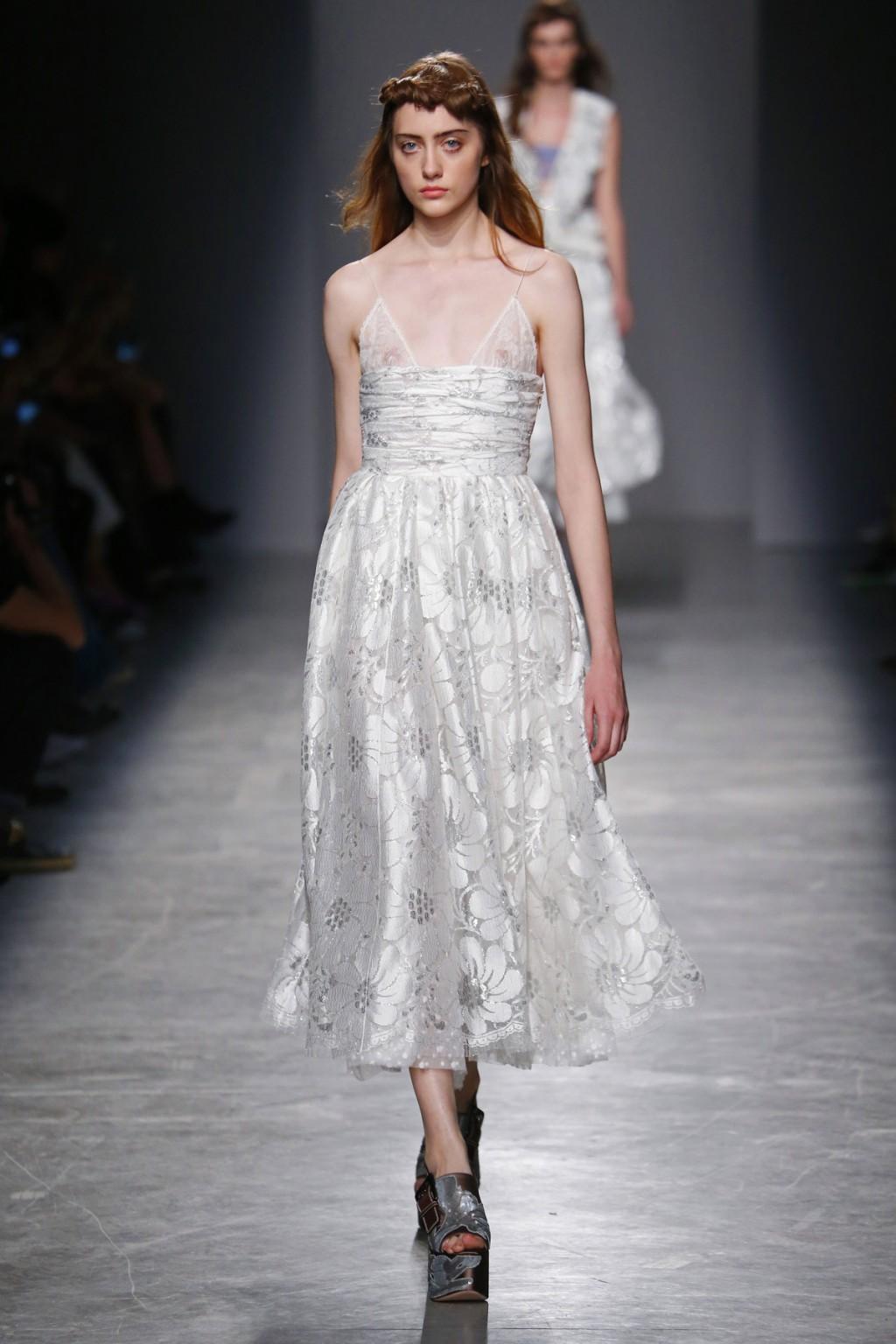 Bên cạnh đó, những chiếc váy ren nữ tính cũng góp phần tạo nên BST ấn tượng từ Rochas