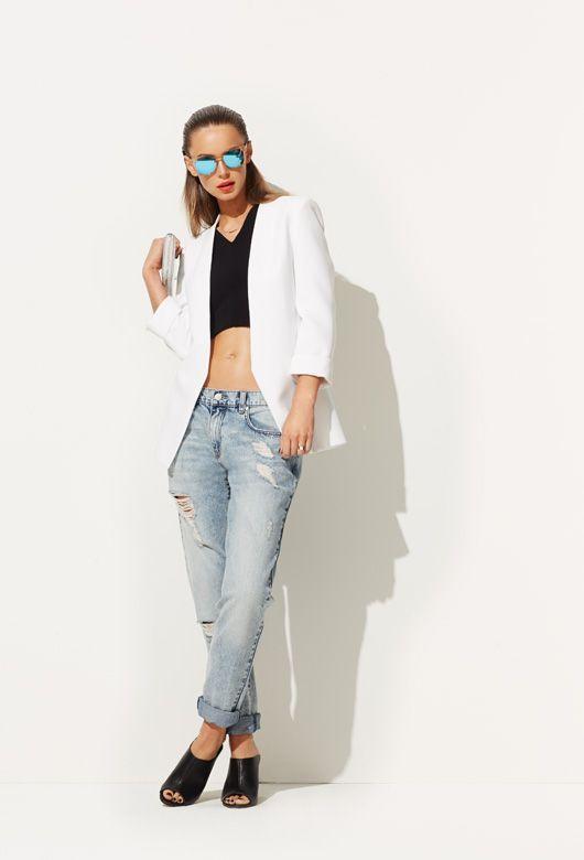 Biến hóa với crop-top, một người bạn không thể thiếu của distressed jeans (quần jeans mài rách). Bụi bặm, đậm chất rock-chic, set đồ này rất phù hợp với những cô nàng cá tính mạnh và thích sự phá cách.