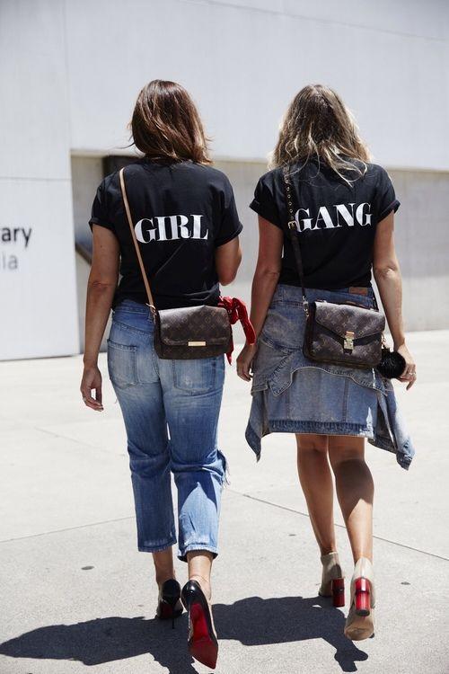 Cùng cô bạn thân dạo phố với áo phông đôi và quần jeans.