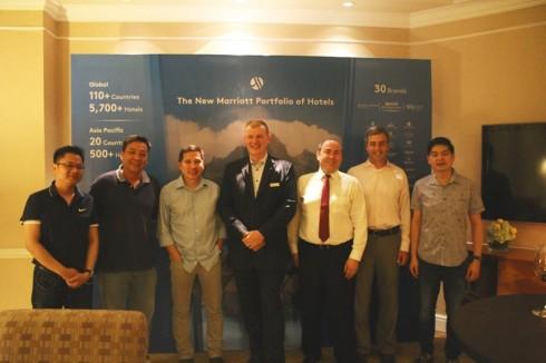Ông Scott Hodgetts, Tổng Giám Đốc khách sạn Sheraton Saigon Hotel & Towers,  chào đón khách tại một buổi tiệc thân mật, mừng sự kiện Sáp nhập thành công của tập đoàn Marriott International với Starwood Hotels & Resorts Worldwide Inc., mang lại 30 thương hiệu đẳng cấp đến với khách du lịch trên toàn cầu.