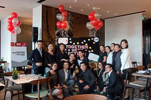 Nhân viên khách sạn Renaissance Riverside Saigon hào hứng trong buổi tiệc chúc mừng sự sáp nhập thành công giữa hai tập đoàn Marriott International và Starwood Hotels & Resorts Worldwide Inc.