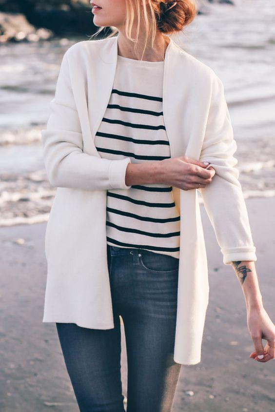 """Denim on denim, hay cardigan sáng màu cùng t-shirt họa tiết kẻ sọc, một sự """"đẹp-không-cố-gắng"""" phải không nào."""