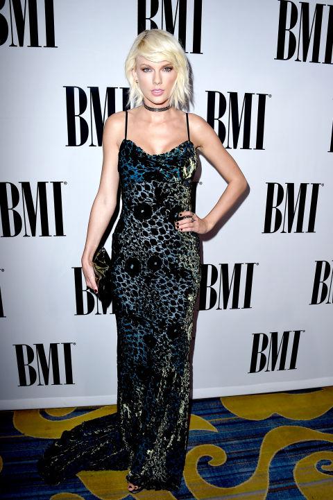 Taylor Swift tại BMI Pops Awards năm 2016 khi đã lột xác với mái tóc bạch kim.