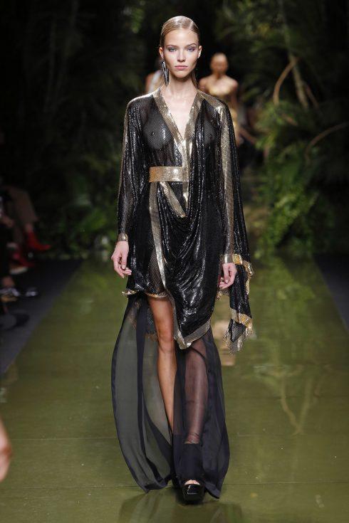 Chiếc váy metallic mong manh nhưng không kém phần mạnh mẽ của Balmain