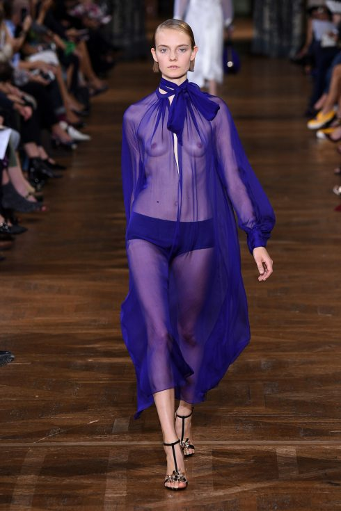 Chiếc váy sheer lộ ngực trần từ Lanvin