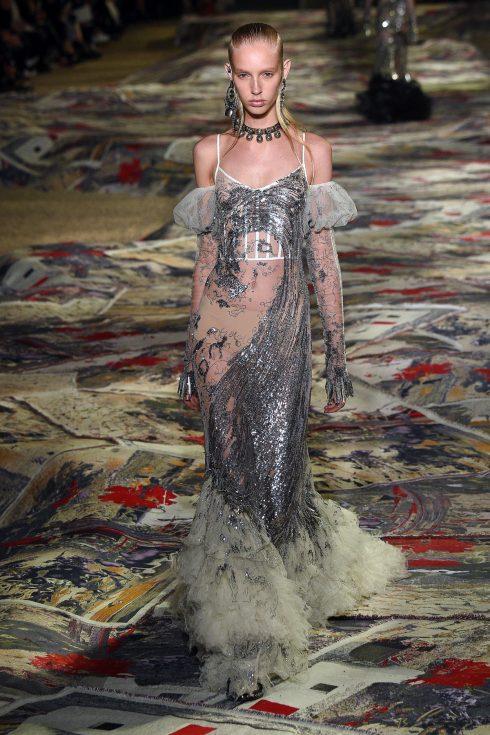 Thiết kế váy metallic nổi bật khép lại BST Xuân-Hè 2017 của Alexander McQueen