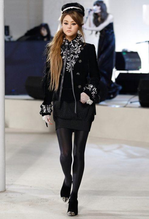 Điều đặc biệt là với chiều cao siêu khiêm tốn, Devon Aoki không hề bó buộc mình trong cương vị người mẫu ảnh mà vẫn chinh phục rất nhiều sàn runway, từ Versace cho đến Chanel.