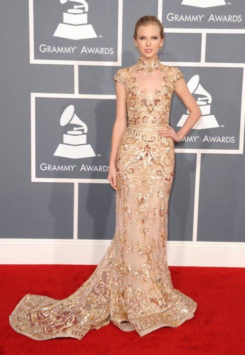 Tại Lễ trao giải Grammy năm 2012, lúc này Taylor Swift gần như đã rũ bỏ hình ảnh cô gái mới lớn ngày nào. Lựa chọn trang phục của Taylor khi tham gia các sự kiện lớn cũng được nâng cấp hẳn sang phong cách chững chạc, thời thượng.