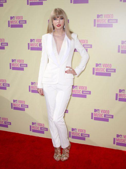 Đến VMA năm 2012, người ta gần như không còn nhận ra Taylor Swift. Hình ảnh công chúa đã nhường chỗ cho một quý cô thực thụ với mái tóc duỗi thẳng phong cách, đôi môi đỏ rực thời thượng cùng phong cách menswear đầy quyến rũ. Những bộ váy dạ hội bồng bềnh đã chính thức rời xa tủ đồ của cô.