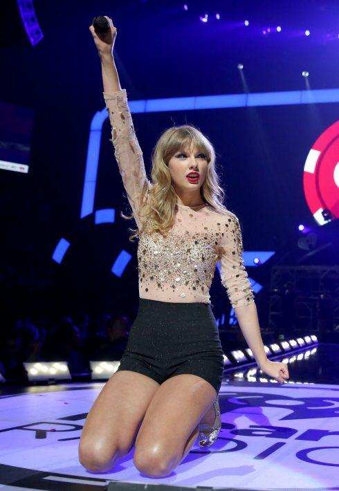 Cũng năm này, phong cách trang điểm của Taylor không còn là đôi môi đánh son bóng nhẹ nhàng như trước. Sự xuất hiện của cô trong các tour diễn là hình ảnh đôi môi đỏ rực, mắt kẻ đậm và trang phục cá tính hơn hẳn.
