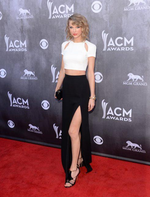 Đi cùng độ ngắn của mái tóc, Taylor lúc này trở thành tín đồ của những chiếc áo croptop kết hợp cùng quần cạp cao cổ điển hay bodysuit ôm sát khoe trọn thân hình chuẩn người mẫu.