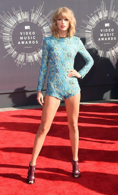 Tại VMA 2014, Taylor Swift xuất hiện trong body suit gợi cảm khoe đôi chân dài hoàn hảo.