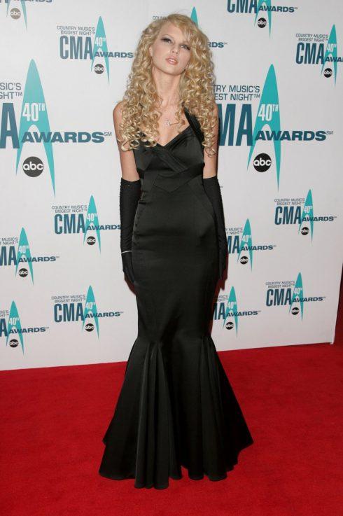 Tại Lễ trao giải CMA đầu tiên của sự nghiệp, Taylor Swift mặc chọn váy đen đuôi cá cùng găng tay dài tiệp màu.