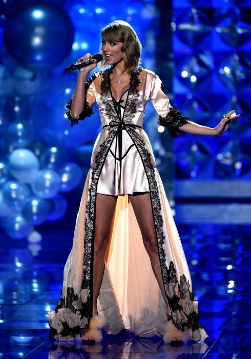 Năm 2014, trở thành ca sĩ khách mời duy nhất xuất hiện 2 lần tại show diễn của Victoria Secret, Taylor Swift  diện trang phục gợi cảm không kém cạnh bất kì thiên thần nội y nào.