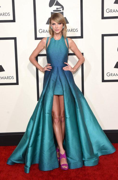 Cô chứng tỏ mình không thua kém bất kì fashion icon nào khi lựa chọn đầm dạ hội ombre xanh tuyệt mỹ tại lễ Grammy 2015.