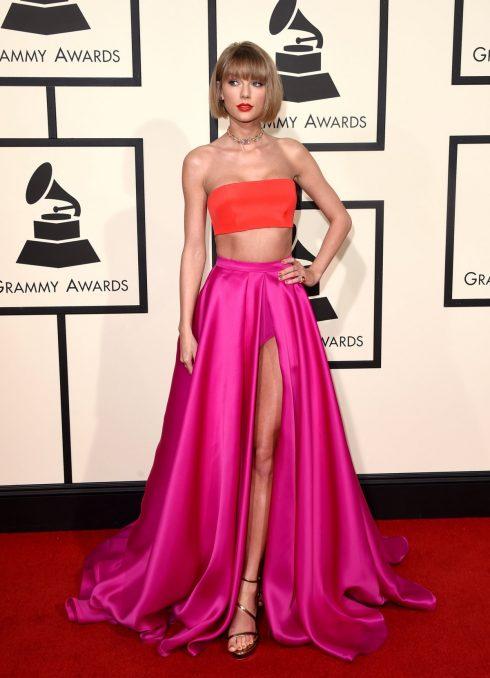 Tại Lễ trao giải Grammy 2016, Taylor Swift trở thành đề tài bàn tán nhẵn trên các mặt báo khi xuất hiện với mái tóc bob ngang, trang phục nổi bật khoe vòng 1 gợi cảm.
