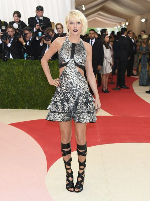 Một lần nữa, Taylor lại lột xác với hình ảnh hoàn toàn mới với mái tóc bạch kim cùng phong cách Gothic tại Meet Gala năm 2016.