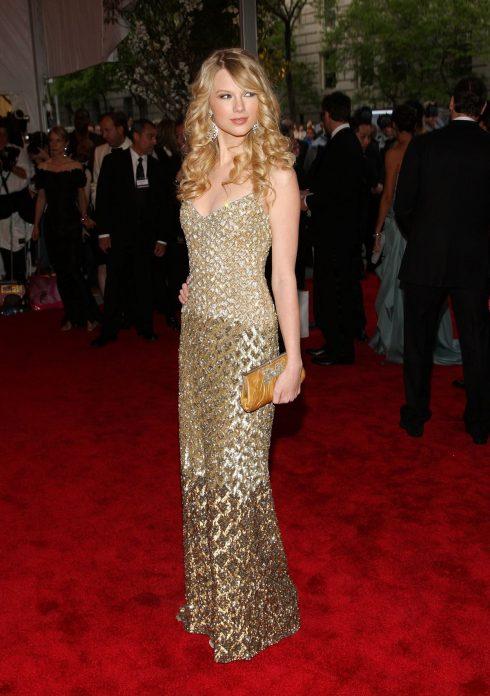 Taylor mặc trang phục ánh vàng lấp lánh tham dự Met Gala năm 2008 với chủ đề