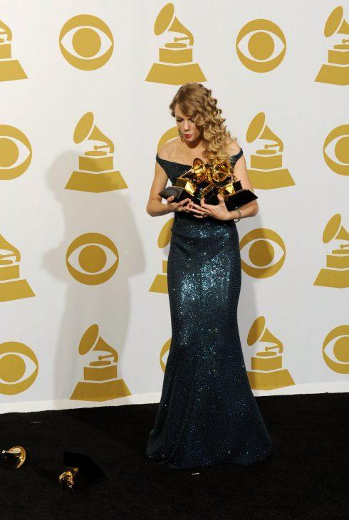 Luôn là một tín đồ của những bộ váy lấp lánh, Taylor mặc chiếc đầm dạ hội xanh bó sát khi nhận giải Grammy năm 2010