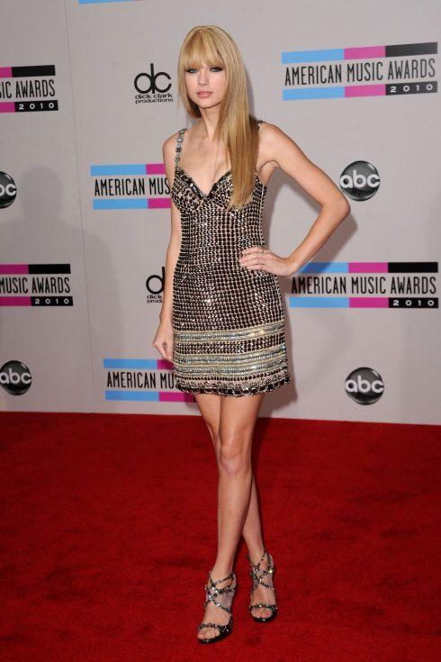 Năm 2010, Taylor ngày hôm đó trở thành tâm điểm của giới săn ảnh khi diện chiếc váy ngắn đầy cá tính như cùng mái tóc duỗi thẳng 1 nữ rocker.