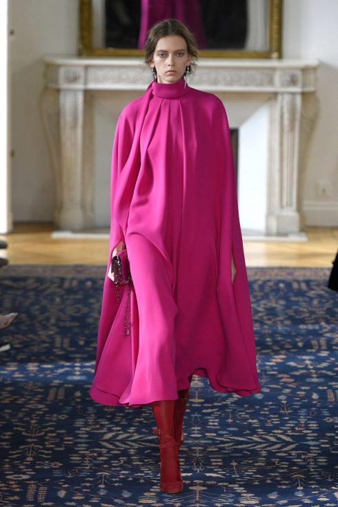 Chiếc váy cape hồng hoàn hảo của Valentino