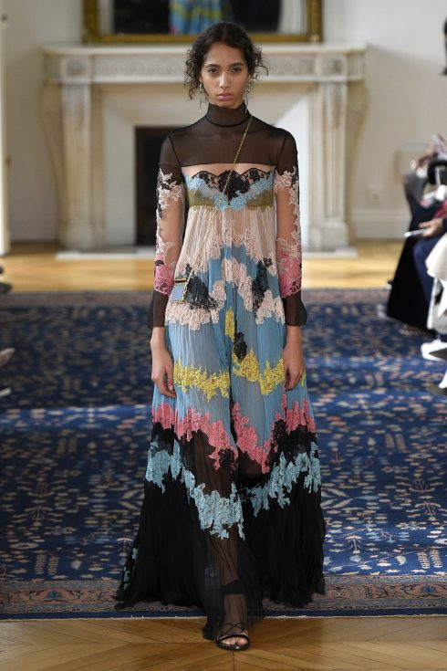 BST Xuân-Hè 2017 của Valentino mang tới những chiếc váy cổ lọ nhu mì bên cạnh những thiết kế xẻ sâu.