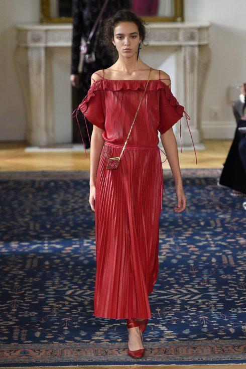 Xu hướng thời trang xếp li trong BST của Valentino