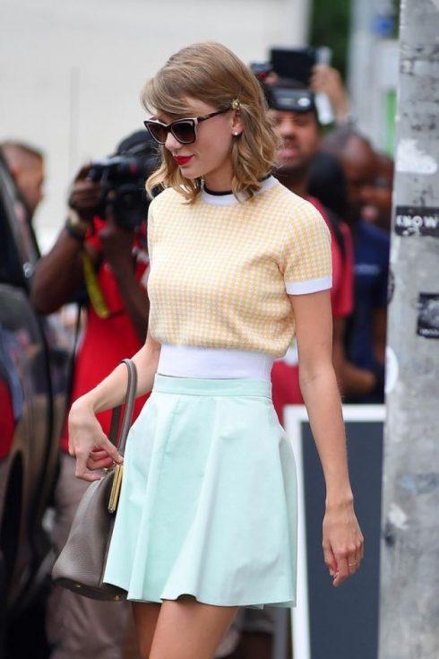 Từ quần skinny, shorts hay chân váy... gần như tất cả những thiết kế này đều có phần cạp cao tôn vòng eo thon gọn săn chắc của Taylor.