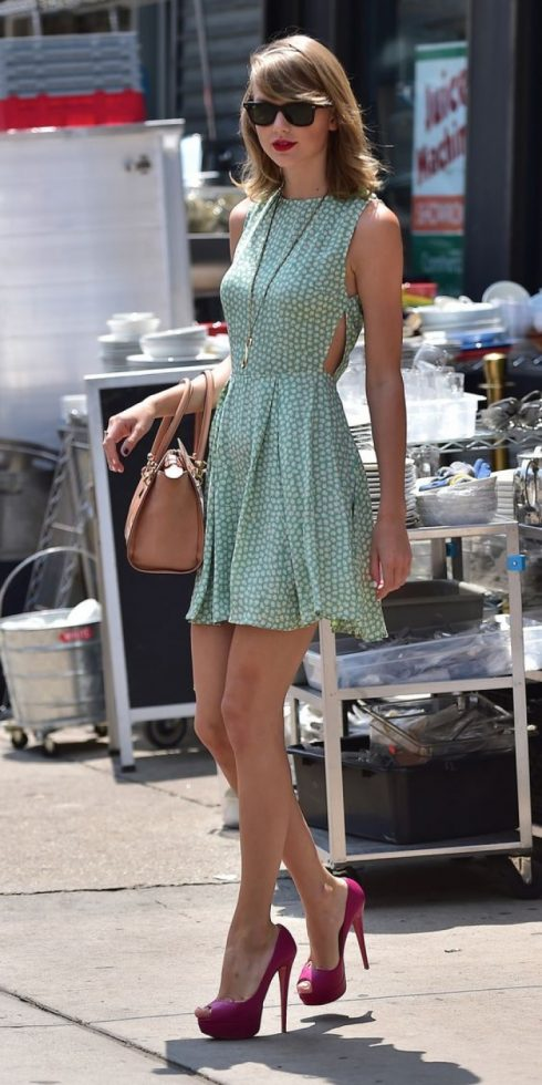 Qua nhiều năm, Taylor đã thay đổi kiểu tóc yêu thích, kiểu giày yêu thích, chất liệu yêu thích nhưng có một kiểu váy mà luôn được nâng niu trong tủ đồ của nàng, đó là những chiếc váy liền nữ tính.