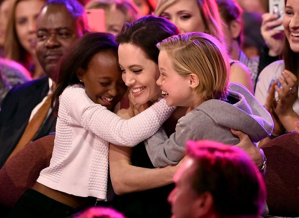 Nữ diễn viên Angelina Jolie và các con.