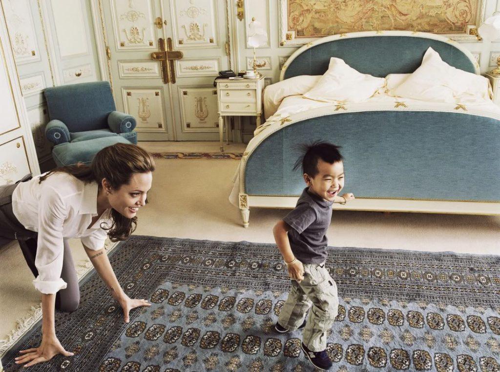 Nữ diễn viên Angelina Jolie và con trai Maddox.