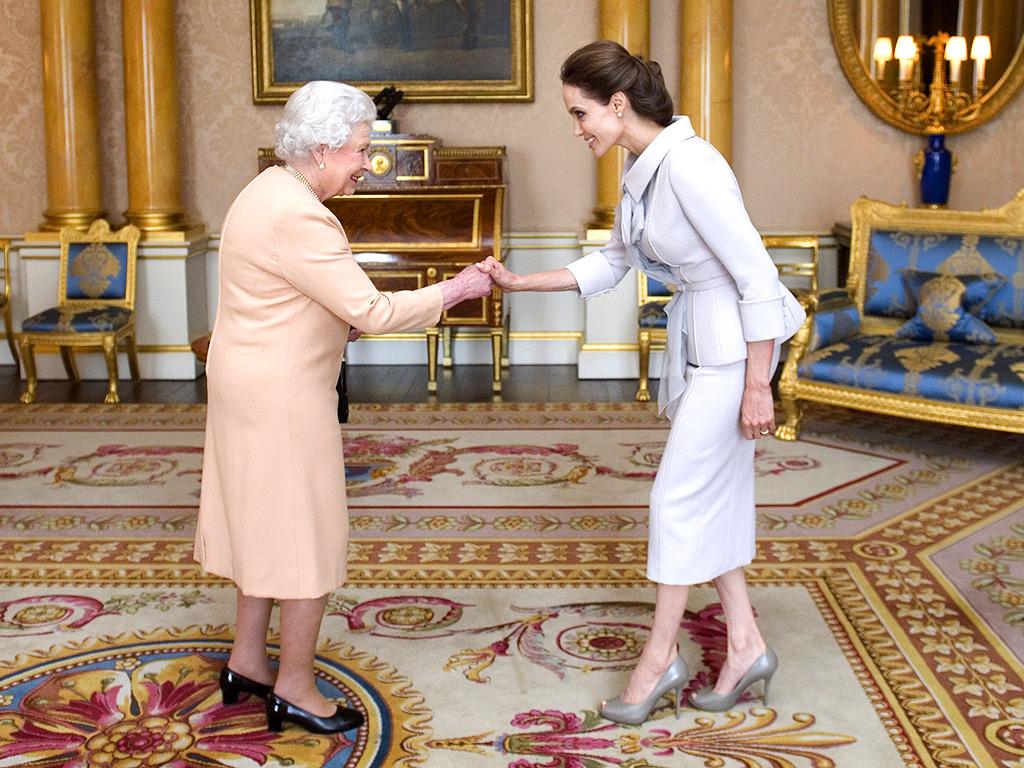Nữ diễn viên Angelina Jolie được chào đón bởi Nữ hoàng.