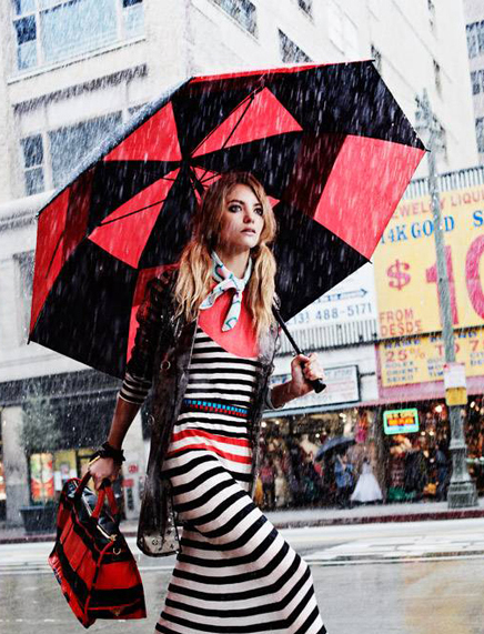 Một chiếc ô màu sắc sặc sỡ, họa tiết thú vị...
