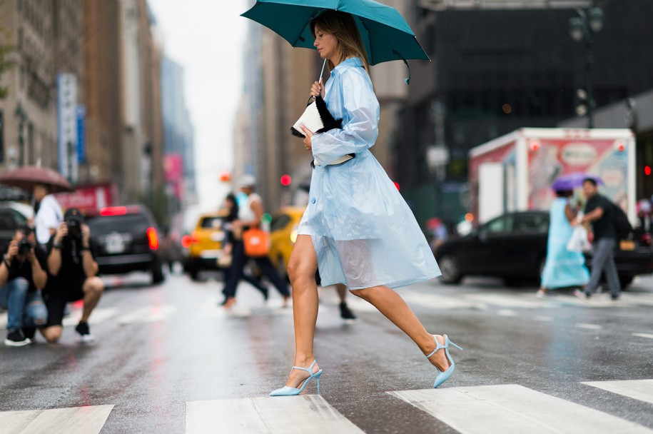 Giày cao gót rất đẹp và tôn dáng, nhưng lại dễ khiến bạn vấp tế vào ngày mưa.