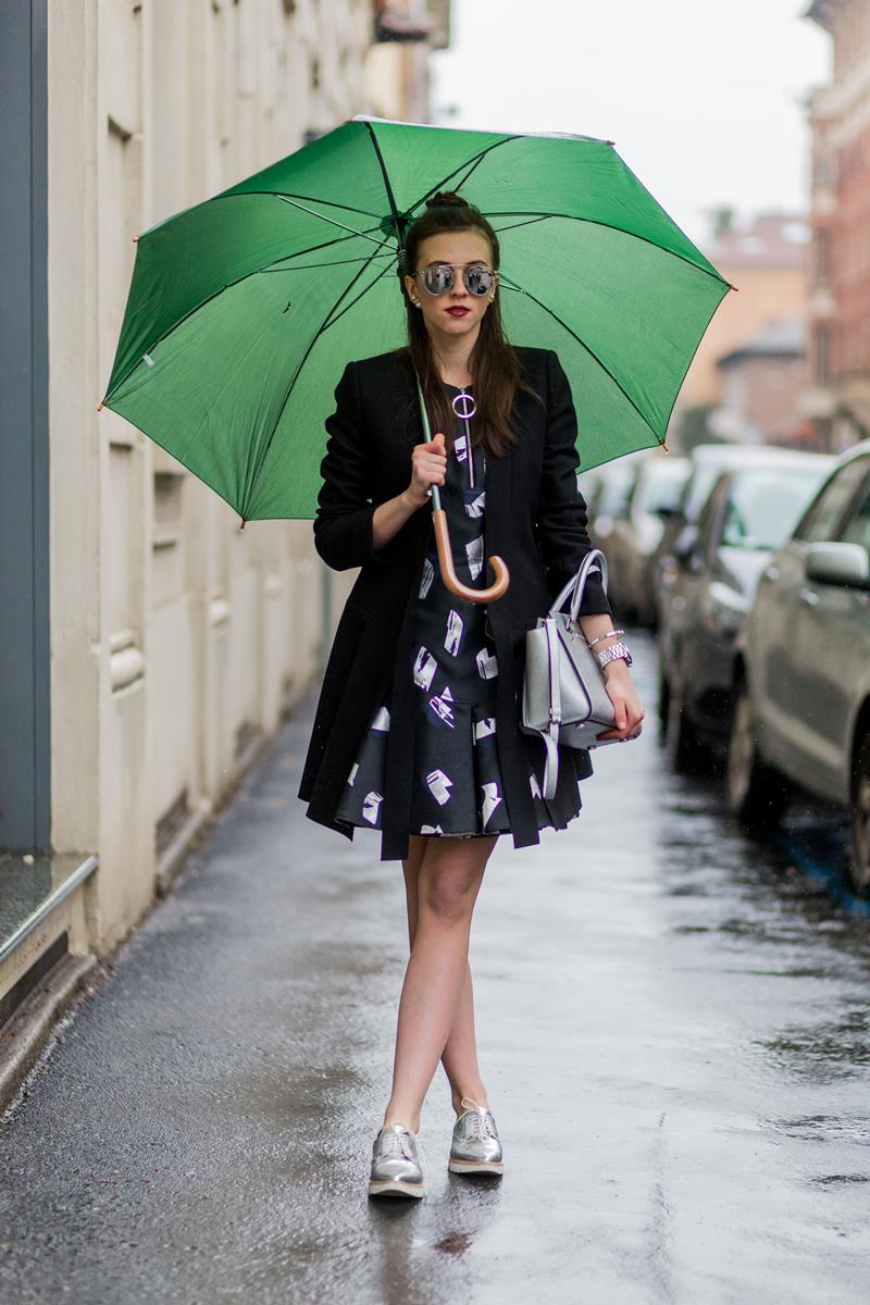 Đầm ngắn khá tiện lợi trong mùa mưa nắng thất thường.