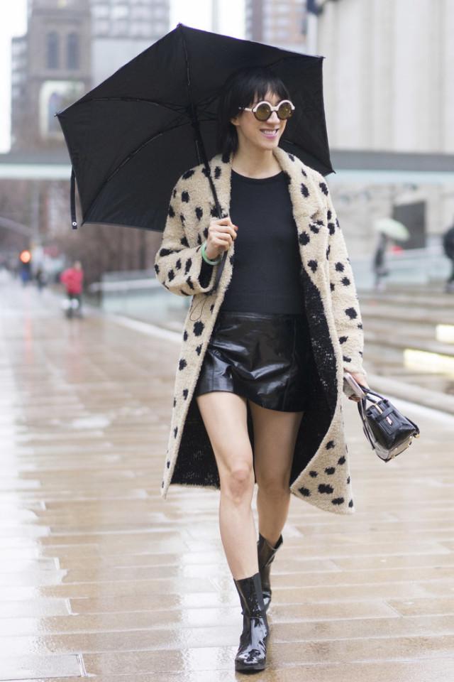 """Với các cô nàng mũm mĩm, chỉ cần một chiếc áo khoác dày vừa đủ, tránh mặc quá nhiều lớp sẽ khiến bạn trông """"tròn"""" hơn"""