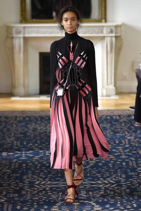 Thiết kế mở đầu BST Xuân-Hè của Valentino