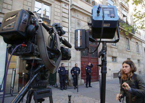 Nhiều phóng viên báo đài trên khắp thế giới đứng trước cửa khách sạn tại Paris, nơi xảy ra vụ cướp của Kim